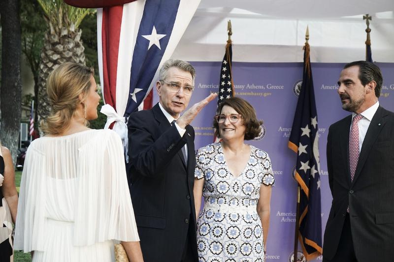 Τατιάνα ΜΠλάτνικ το λευκό φόρεμα στη δεξίωση του Αμερικανού πρέσβη