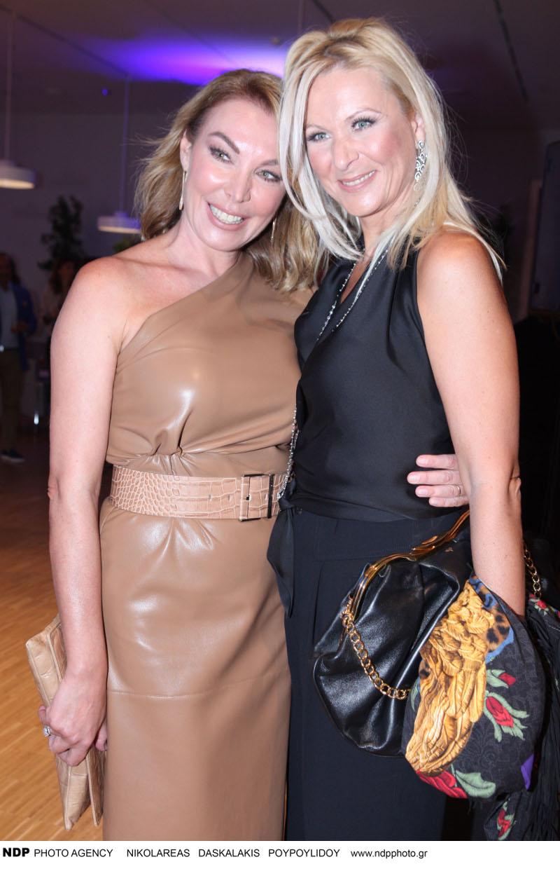 Η Τατιάνα Στεφανίδου με ταμπά φόρεμα αγκαλιά με την Κατερίνα Γκαγκάκη