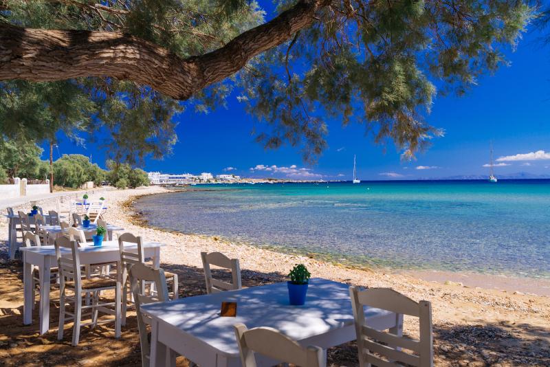 Ταβέρνα με τραπεζάκια δίπλα στην θάλασσα στην Ελλάδα