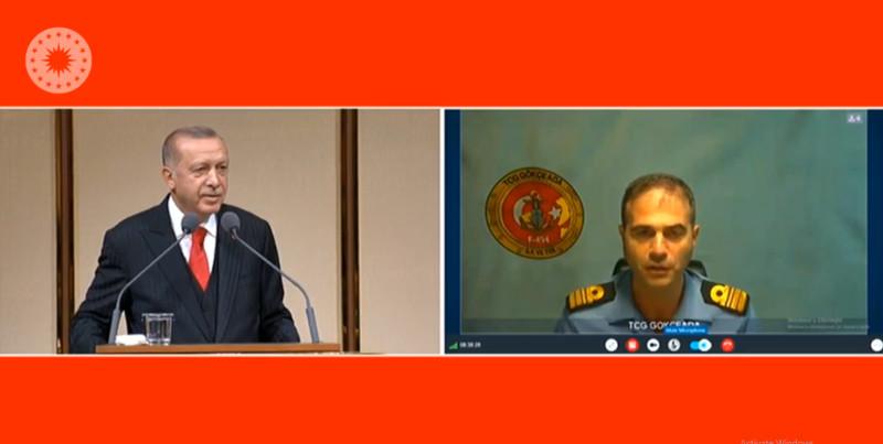 Ο Ρετζέπ Ταγίπ Ερντογάν συνομιλεί με αξιωματικό του ναυτικού