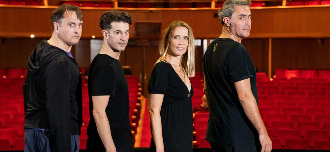 τεσσερις ηθοποιοί κοκκινα καθισματα