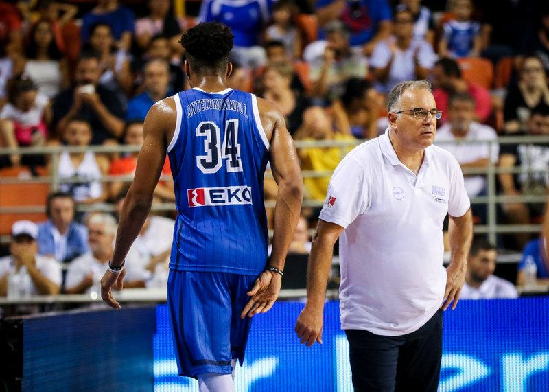 Ο Θανάσης Σκουρτόπουλος με τον Γιάννη Αντετοκούνμπο