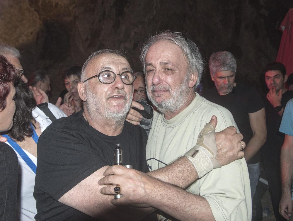 Δακρυσμένος ο Ανδρέας Μικρούτσικος στην αγκαλιά του αδερφού του