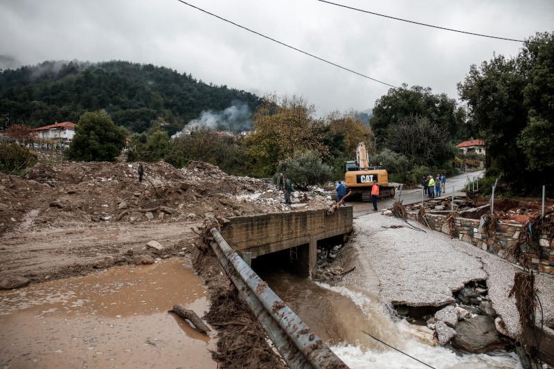 Κεντρικοί δρόμοι του νησιού πλημμύρισαν