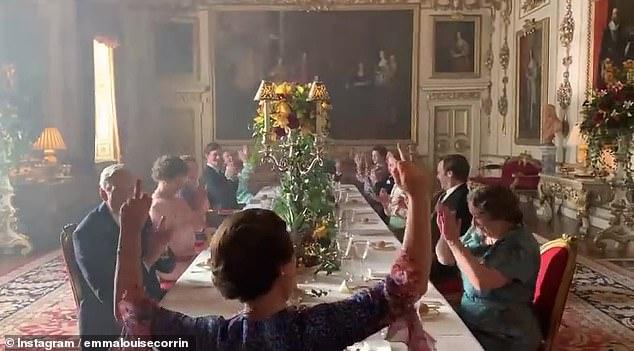 Το βίντεο κλείνει με την Ολίβια Κόλμαν να υψώνει και τα δύο μεσαία δάχτυλα στην κάμερα, ενώ όλοι γύρω της χειροκροτούν