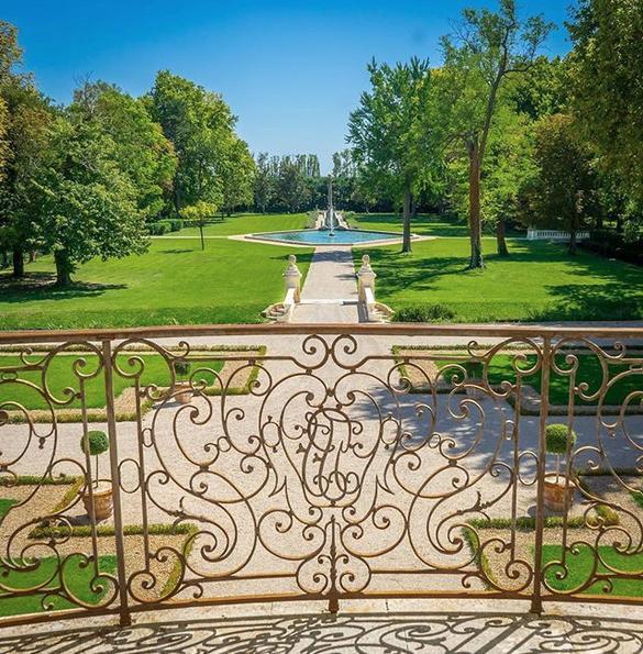 Η θέα από την master suite του chateau