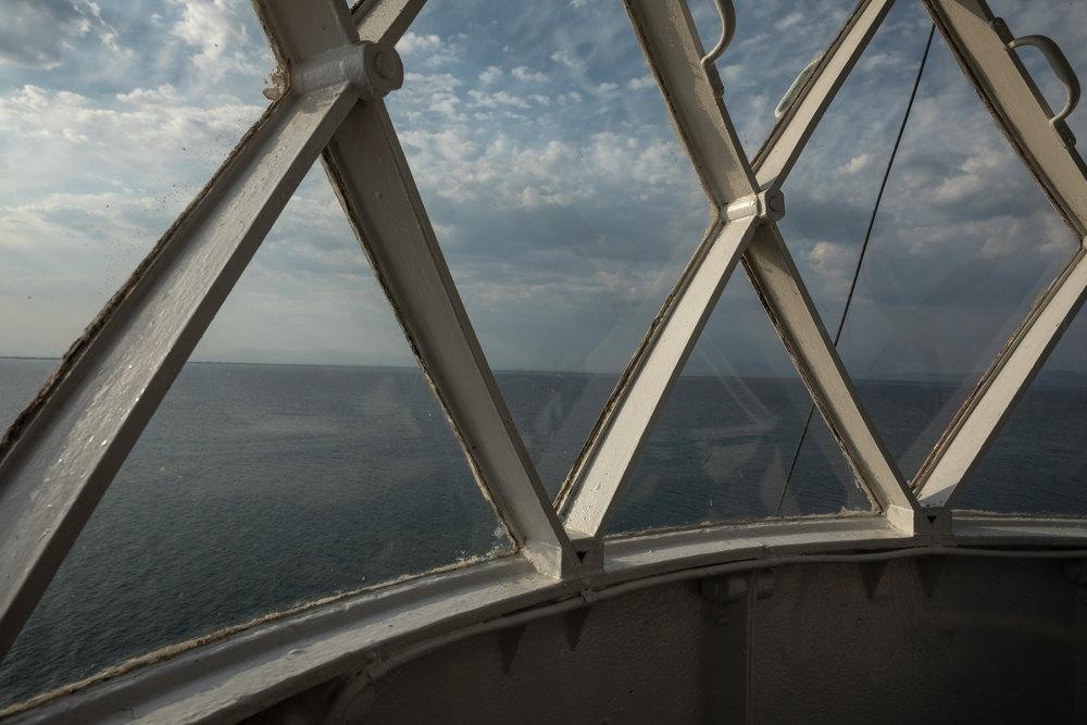 Με θέα τη θάλασσα, από το εσωτερικό του πύργου στον φάρο Μέγα Εμβολο στο Αγγελόκαστρο