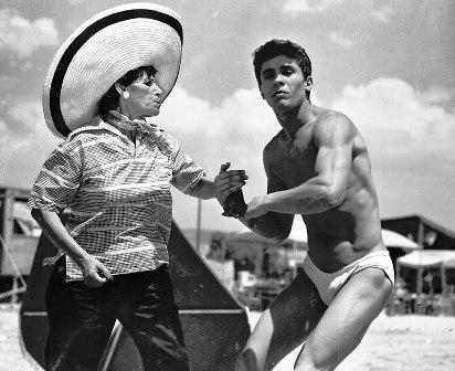 Η Γεωργία Βασιλειάδου με τον Βαγγέλη Σειληνό στην παραλία της Βάρκιζας για την «Θεία από το Σικάγο»