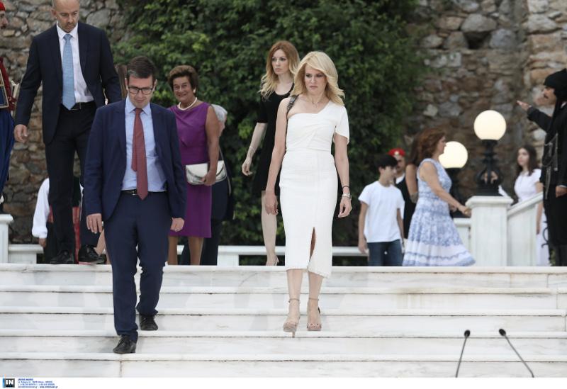 Η Θεοδώρα Τζάκρη με λευκό φόρεμα