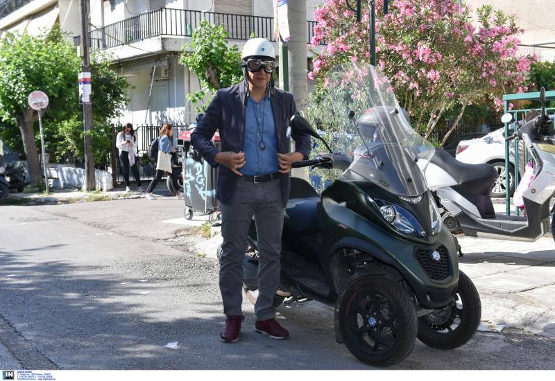 Ο Σταύρος Θεοδωράκης με μηχανή