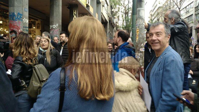 Ο Σταύρος Θεοδωράκης χαμογελαστός στη συγκέντρωση των κατοίκων