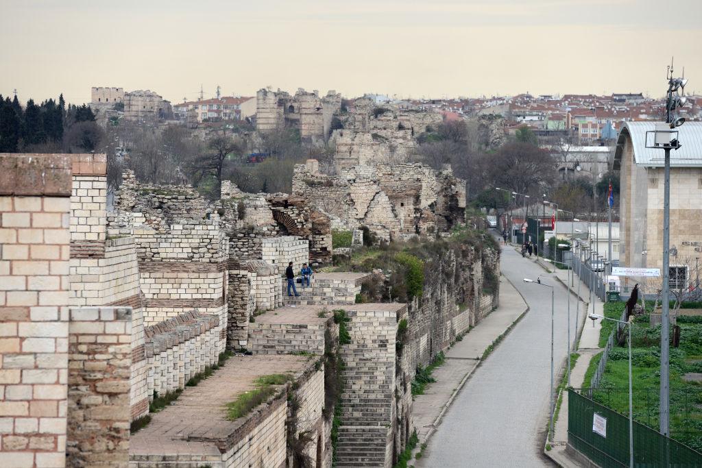 Τα πελώρια τείχη έχουν υποκύψει στη φθορά του χρόνου σε πολλά σημεία της Κωνσταντινούπολης, καθώς έπαψαν να συντηρούνται από τον 19ο αιώνα