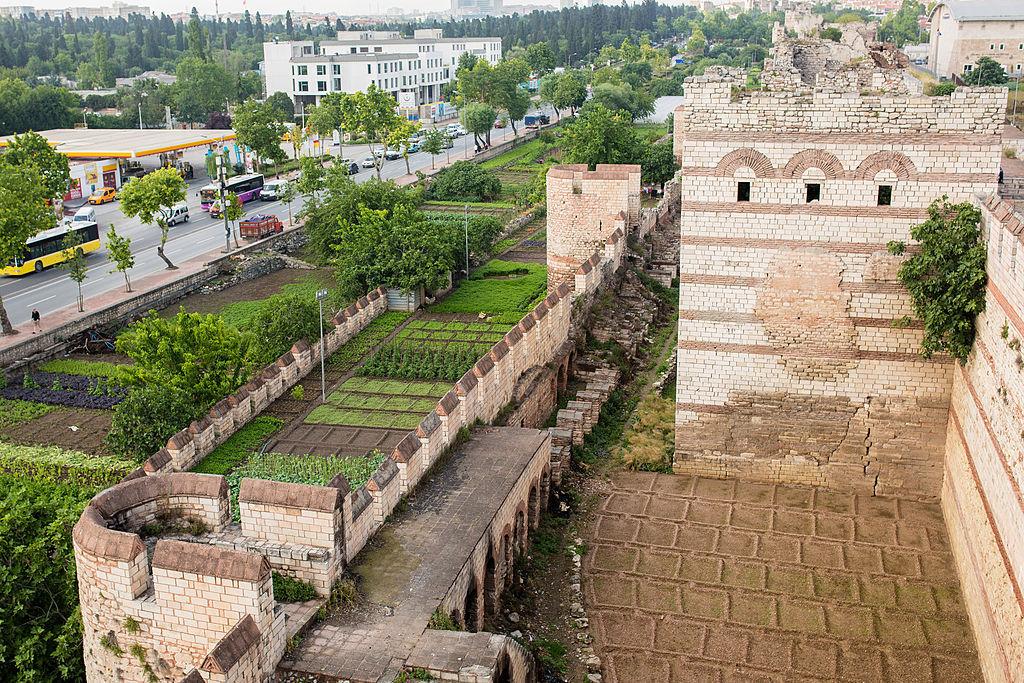 Πανοραμική άποψη τμήματος των τειχών της Κωνσταντινούπολης που χρονολογούνται από το 447μ.Χ.