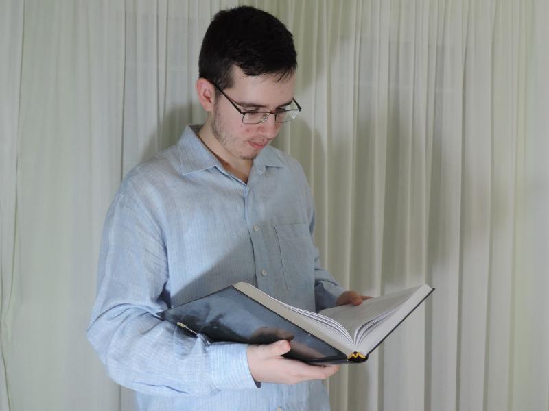 Θεόφιλος Νάστσς διαβάζει