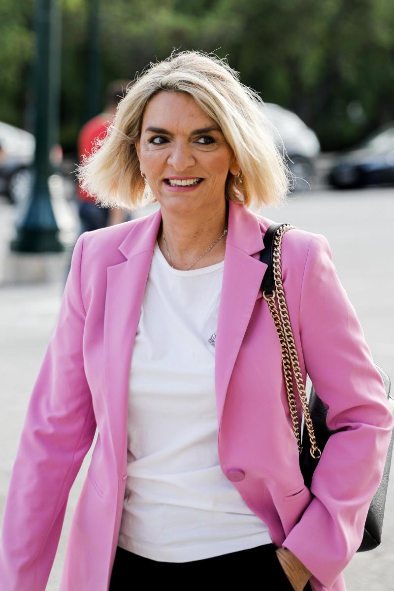 Η Θεοπίστη Πέρκα με ροζ σακάκι