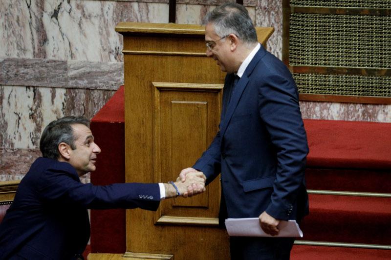 Ο πρωθυπουργός Κυριάκος Μητσοτάκης συγχαίρει τον υπ. Εσωτερικών Τάκη Θεοδωρικάκο