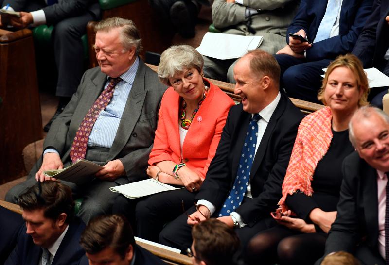 Η Τερέζα Μέι χαμογελάει στη Βουλή