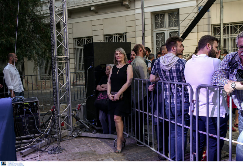Η Κατερίνα Παπακώστα ποζάρει στο φωτογραφικό φακό