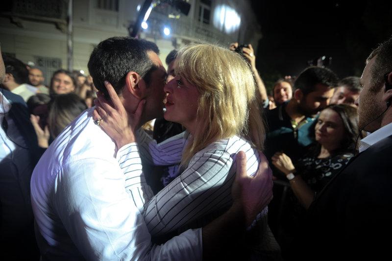Η Ρένα Δούρου φιλά τον Αλέξη Τσίπρα μετά την ομιλία του στο Θησείο