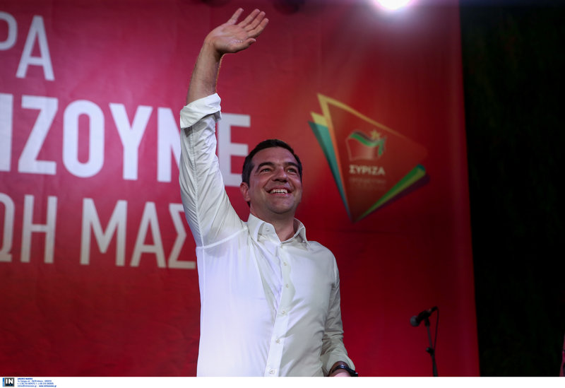 Ο Αλέξης Τσίπρας χαιρετά τους συγκεντρωθέντες στην πλατεία Ασωμάτων στο Θησείο