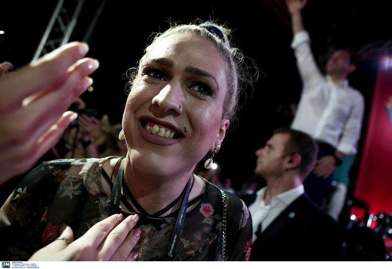 Μια κοπέλα στη συγκέντρωση του ΣΥΡΙΖΑ