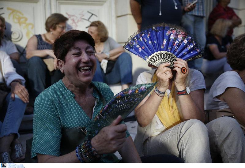 Κυρίες με βεντάλιες στη συγκέντρωση του ΣΥΡΙΖΑ στο Θησείο
