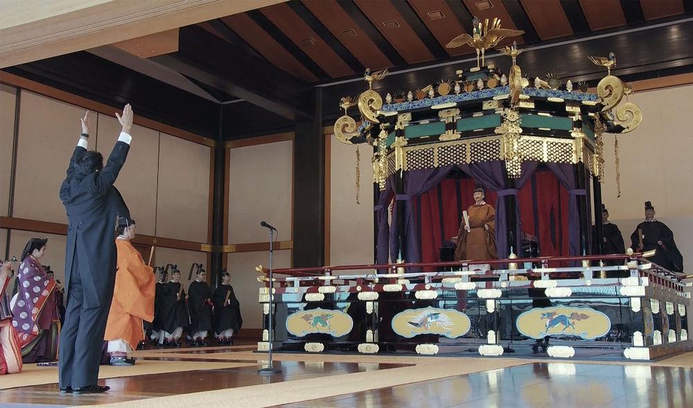 Ο αυτοκράτορας Ναρουχίτο ανεβαίνει στον εντυπωσιακό θρόνο κατά την διάρκεια της ενθρόνισης στην Ιαπωνία