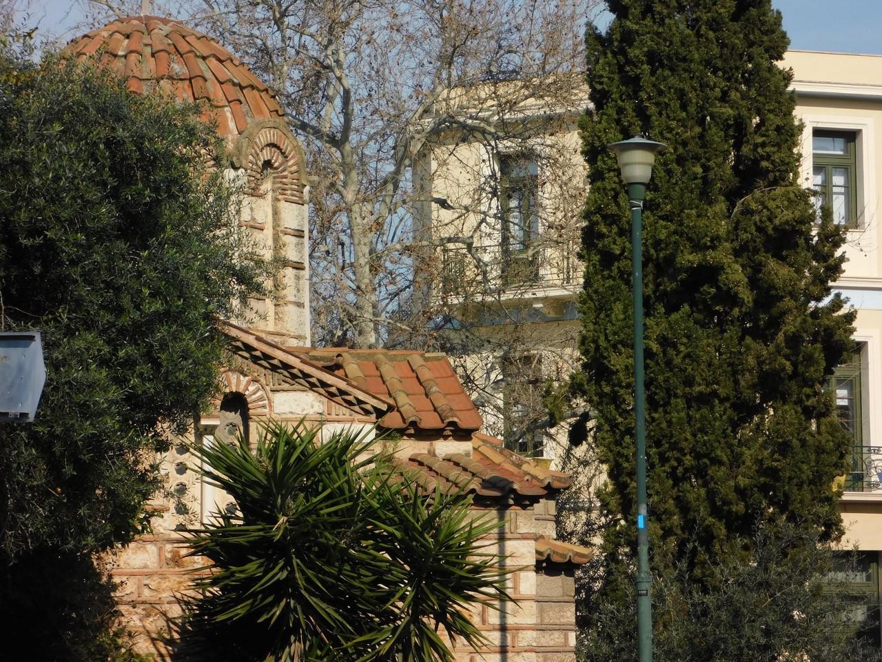 Εκκλησία και ένα κυπαρίσσι