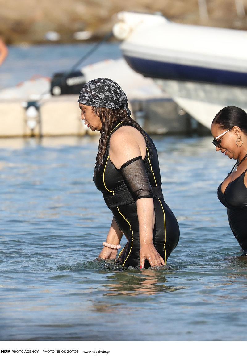 Η μαμά της Μπιγιονσέ απόλαυσε τις βουτιές της στη θάλασσα