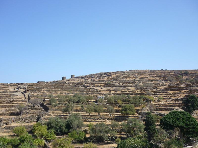 Χαρακτηριστικό τοπίο της Τήνου με ξερολιθιές, περιστεριώνες και ανεμόμυλους