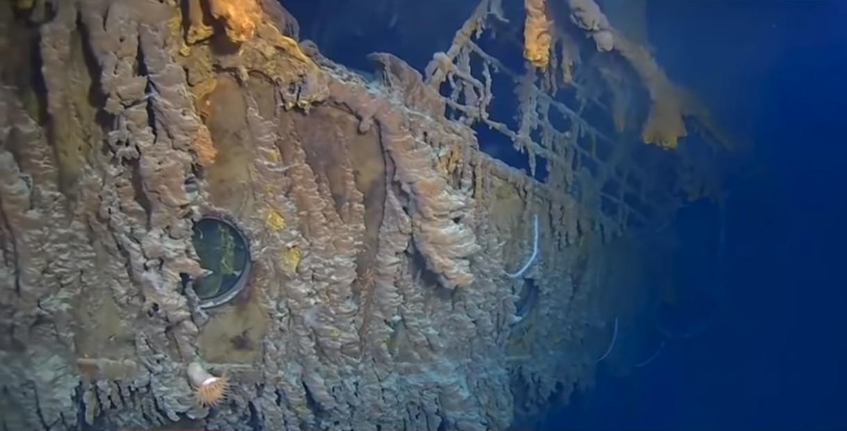Tα ισχυρά θαλάσσια ρεύματα και τα βακτήρια που τρώει το μεταλλικό σκελετό του  οδηγούν στην αποσύνθεση του διασημότερου ναυαγίου στον κόσμο, του Τιτανικού.