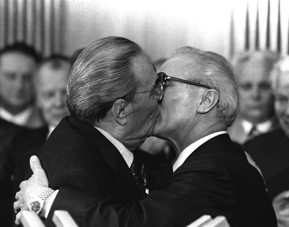 Το φιλί Μπρέζνιεφ Χόνεκερ από το μακρινό 1979 έμεινε στην ιστορία