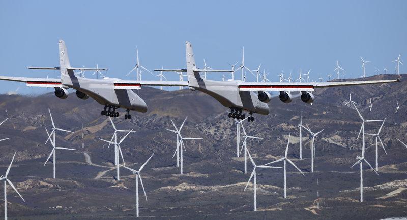 Το Stratolaunch, το μεγαλύτερο αεροσκάφος στον κόσμο, πραγματοποιεί την πρώτη του προσγείωση στην έρημο Μοχάβι, της Καλιφόρνια των ΗΠΑ.