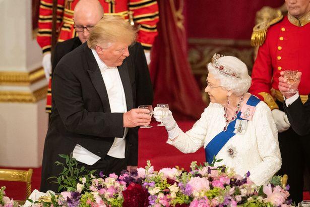 Η βασίλισσα Ελισάβετ κι ο πρόεδρος των ΗΠΑ τσουγκρίζουν τα ποτήρια τους.