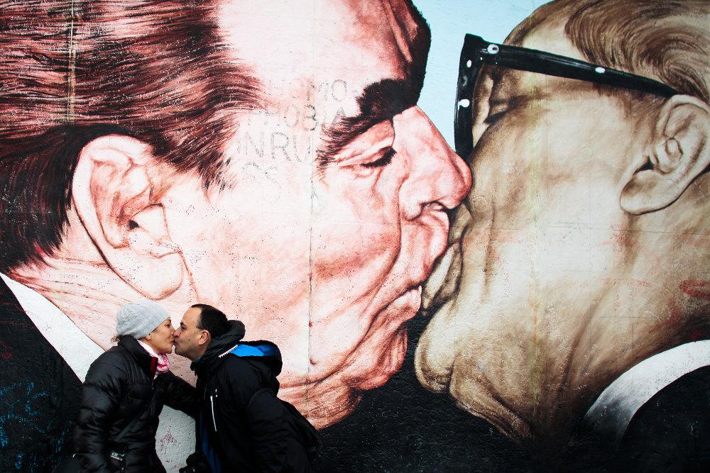 Διασημότερο του αληθινού φιλιού, εκείνο που αποτυπώθηκε στο τείχος του Βερολίνου το 1989