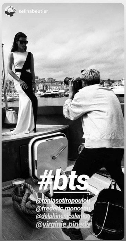 Ασπρόμαυρη φωτογραφία όπου η Τόνια Σωτηροπούλου ποζάρει πάνω σε σκάφος