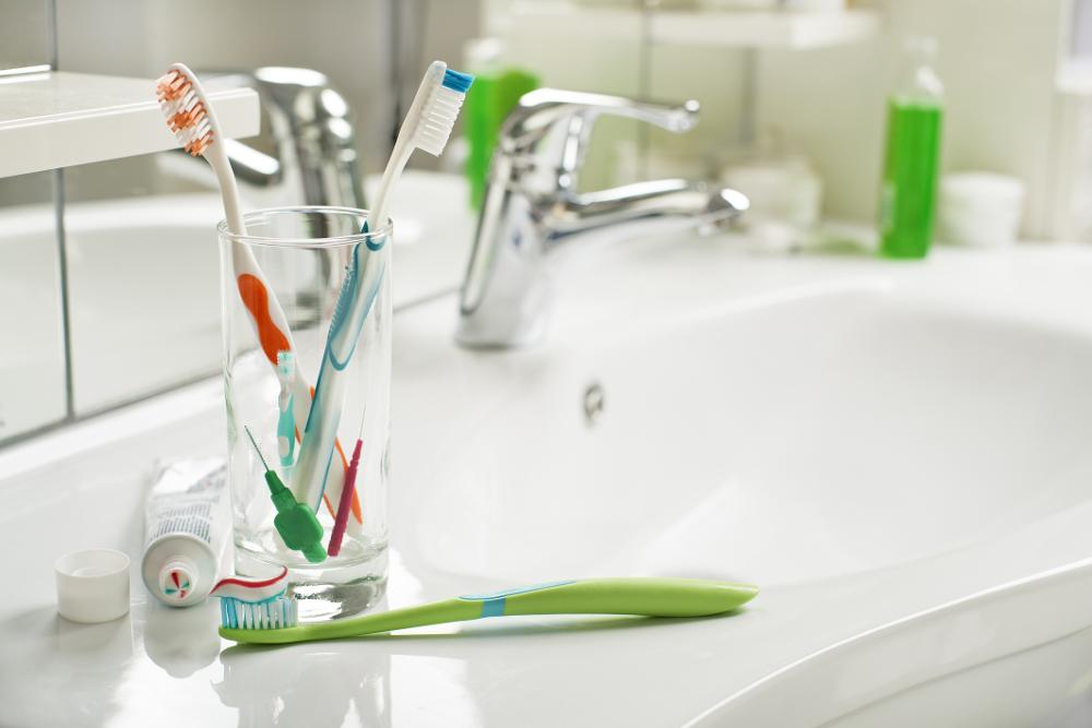 ΠΟτήρι με οδοντόβουρτσες σε νιπτήρα μπάνιου