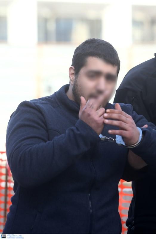 Δολοφονία Τοπαλούδη: Προκλητικός ο ένας εκ των δύο κατηγορούμενων, υψώνει το μεσαίο δάκτυλο