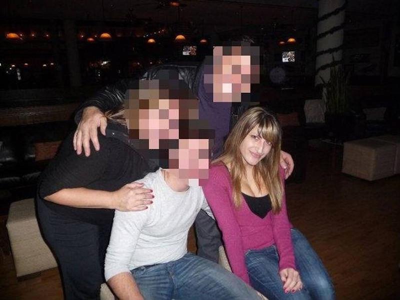 Η Ιωάννα Τούνη στην εφηβεία, ποζάρει με τους φίλους της