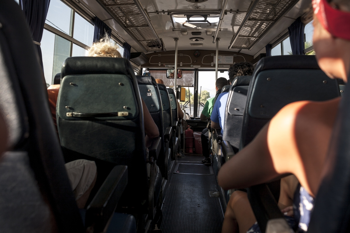 Επιβάτες σε τουριστικό λεωφορείο
