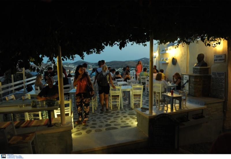 Τουρίστες σε εστιατόριο νησιού