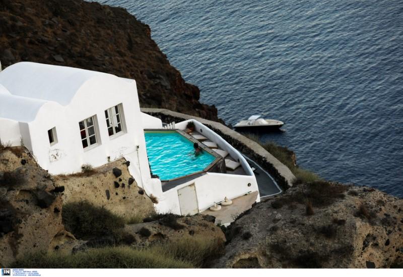 Βίλα με πισίνα πάνω στο κύμα