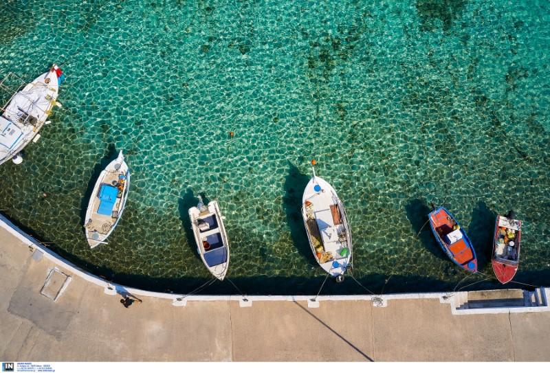 Βάρκες σε γαλαζοπράσινα νερά
