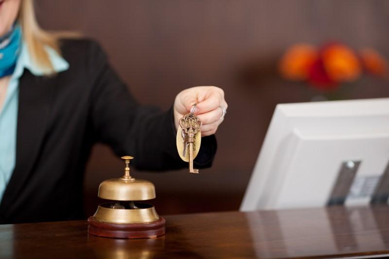 Ρεσεψιονίστ παραδίδει κλειδί σε πελάτη