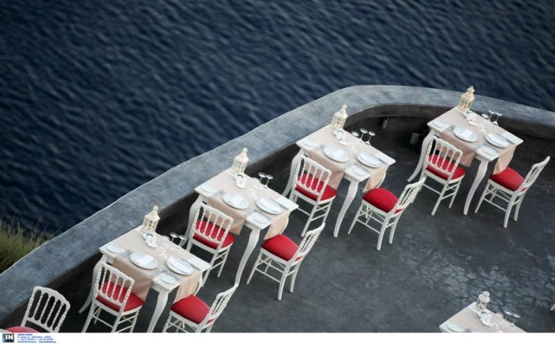 Τραπέζια εστιατορίου δίπλα στη θάλασσα