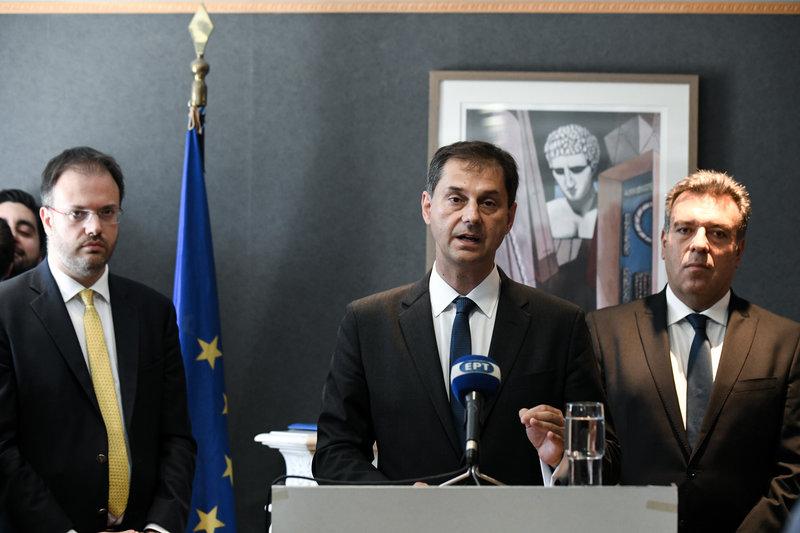Ο Χάρης Θεοχάρης κάνει δηλώσεις. Αριστερά ο προκάτοχός του Θανάσης Θεοχαρόπουλος, δεξιά ο υφυπουργός Τουρισμού Μάνος Κόνσολας