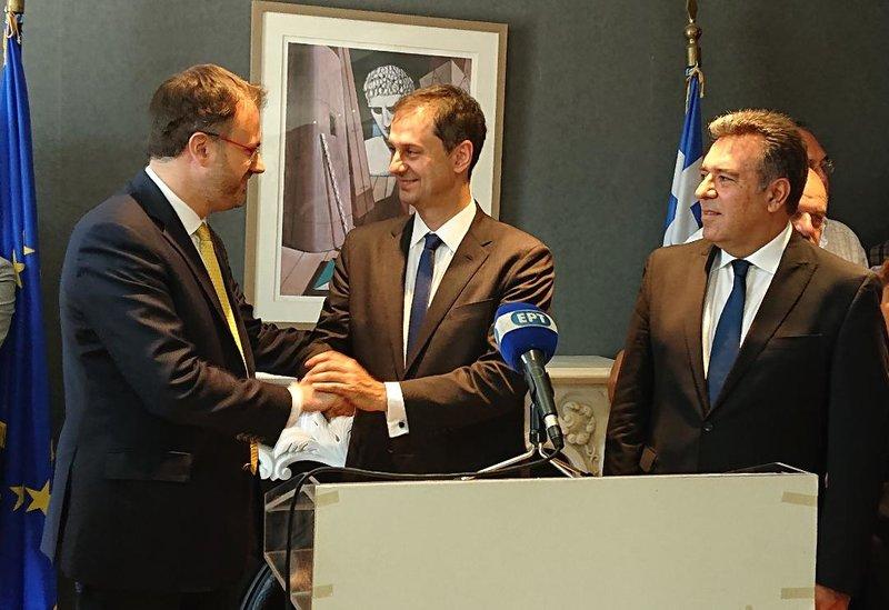 Ο νέος υπουργός Τουρισμού Χάρης Θεοχάρης χαιρετά τον απελθόντα Θανάση Θεοχαρόπουλο -Πίσω ο υφυπουργός Μάνος Κόνσολας
