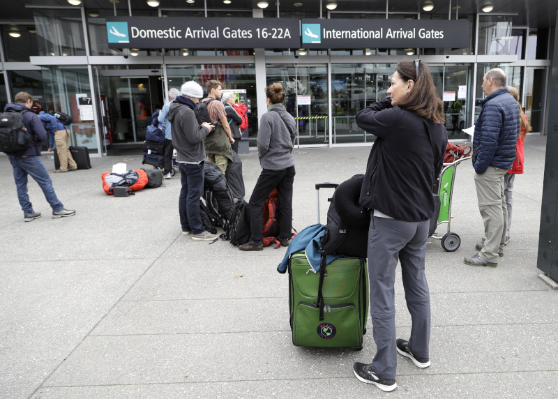 κόσμος με βαλίτσες σε αεροδρόμιο