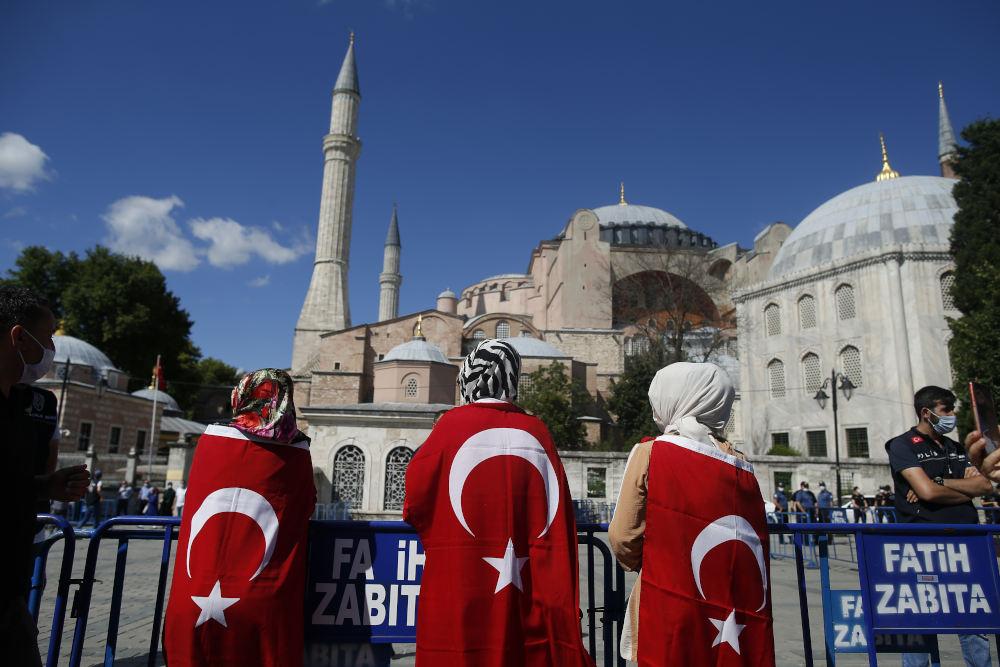 Μουσουλμάνες με μαντήλα και σημαίες της Τουρκίας αναμένουν την απάντηση για την Αγιά Σοφιά