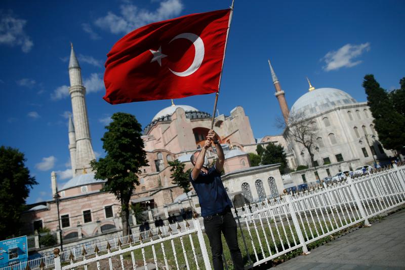Τούρκος πανηγυρίζει έξω από την Αγιά Σοφιά με την σημαία της χώρας του